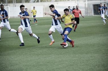 Víctor pelea por un balón con un jugador del Cádiz B. / Foto: Cádiz CF