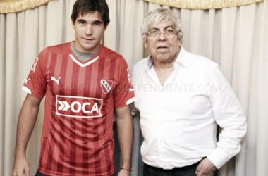El volante firmó este lunes por la tarde su contrato. (Foto: Independiente Oficial)