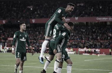 Camarasa celebra un gol con Feddal, Guardado y Sergio León el derbi del 3-5 en el Pizjuán.Foto: @vicama8