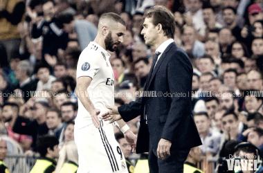 Benzema saluda a Lopetegui tras ser sustituido | Foto: Daniel Nieto (VAVEL)