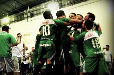 Todos abrazan a Taborda tras convertir el último penal (Foto: A Dos Toques Futsal)
