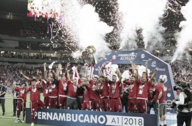 Elenco alvirrubro ergue a taça de Campeão Pernambucano 2018 (Foto: Léo Lemos/Náutico)