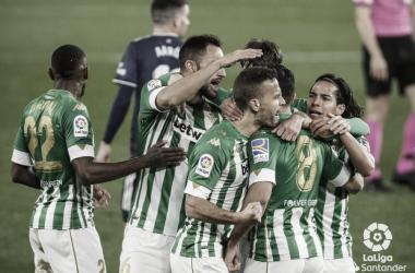 Varios jugadores del equipo verdinlanco celebran un gol en el Betis - Celta. Foto: LaLiga Santander.