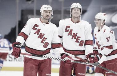 Carolina barre a los Rangers y los Islanders y los Flames acarician el pase