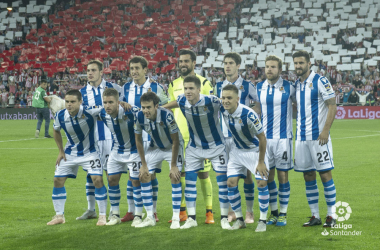 Los jugadores de la Real Sociedad posan frente a la cámara instantes antes de comenzar el derbi. | Foto: LaLiga