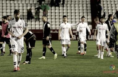 Los jugadores del Albacete abandonan decaídos el campo tras una derrota | Foto: laliga.es