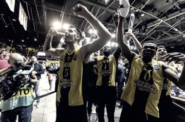 EL AEK Atenas celebra la victoria en los Cuartos de Final | Foto: BCL