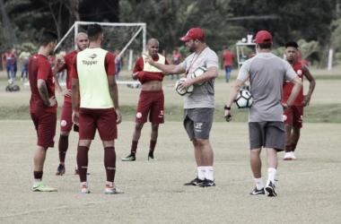 Descontente com último jogo, técnico Roberto Fernandes promete mudanças no setor defensivo