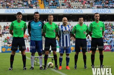 Los árbitros junto a los veteranos Gustavo Munúa y Manuel Pablo, capitanes de los equipos. Fotos: David Dopico (VAVEL)
