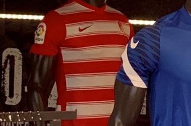 Primera equipación del Granada CF para la temporada 21/22. Foto: óscar Yeste.