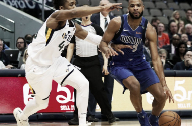 Aaron Harrison en una acción de ataque contra Donovan Mitchell | Foto: Dallas Mavericks