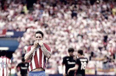 Fernando Torres besa el escudo en la despedida del Calderón / Twitter Fernando Torres