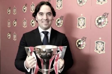 Martín Presa recoge el trofeo de campeón de LaLiga123 de la temporada 2017/2018 | Fotografía: Rayo Vallecano