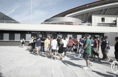 Aficionados del Rayo adquiriendo sus entradas en el Wanda Metropolitano. www.rayomajadahonda.es