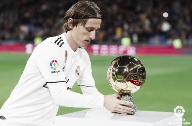 Luka Modric junto al Balón de Oro. Foto: Liga Santander.