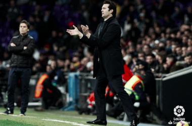 Solari aplaude desde la zona técnica. Foto: Liga Santander.