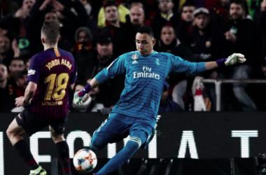 Keylor Navas despeja el balón ante la mirada de Jordi Alba. Foto: Real Madrid.