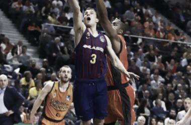 Pangos y Will Thomas disputando un balón en el Barcelona Lassa - Valencia Basket. Foto: ACB.com
