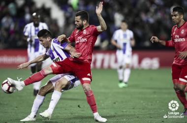 Nacho Fernández en la disputa de un balón. Foto: Liga Santander.
