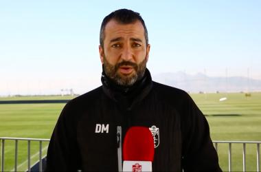 Diego Martínez habla para los micrófonos del club.