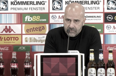 """Peter Bosz analisa primeira vitória do Bayer Leverkusen na Bundesliga: """"Não foi fácil"""""""