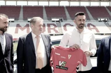Manolo Herrero posando con la camiseta del Real Murcia. Foto: Real Murcia C.F