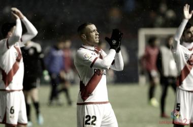 Raúl de Tomás aplaudiendo a la afición tras un partido | Fotografía: La Liga