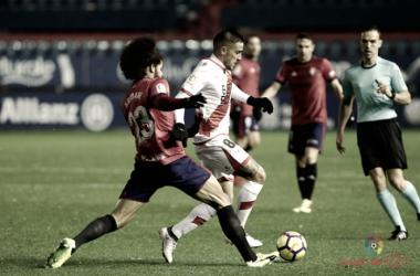 Trejo tratando de mantener el balón frente a Aridane. | Fotografía: La Liga