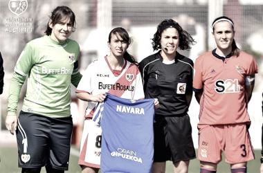 Laura Domínguez posando con la camiseta de Nayara | Fotografía: Rayo Vallecano S.A.D.