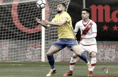 Álex Moreno salvaguardando un balón ante un contrincante | Fotografía: La Liga