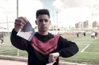 Álex Moreno rompiendo un papel como símbolo | Fotografía: Rayo Vallecano S.A.D.