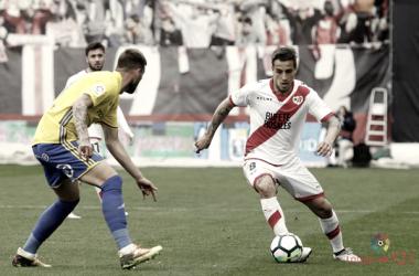 Óscar Trejo tratando de irse de un rival | Fotografía: La Liga