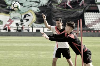 Álex Moreno a punto de golpear un balón | Fotografía: Rayo Vallecano S.A.D.