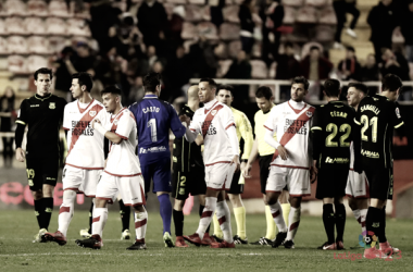 Jugadores de Rayo y Alcorcón saludándose tras el encuentro | Fotografía: La Liga