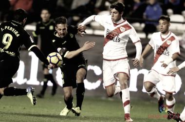 Santi Comesaña peleando por un balón | Fotografía: La Liga
