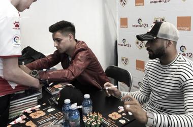 Álex Moreno y Bebé firmando autógrafos | Fotografía: Rayo Vallecano S.A.D.