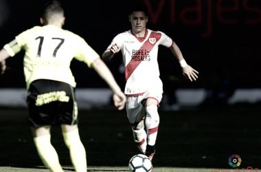 Álex Moreno conduciendo un balón | Fotografía: La Liga