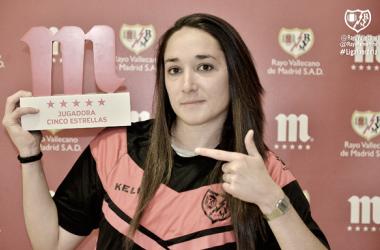 Estela posando con el Premio Jugadora Cinco Estrellas | Fotografía: Rayo Vallecano S.A.D.