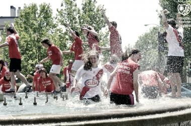 Las jugadores del Rayo Femenino celebrando la Copa de la Reina | Fotografía: Rayo Femenino