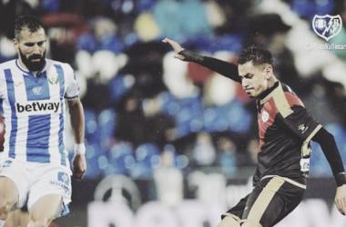 Sergio Moreno golpeando el balón. Fotografía: Rayo Vallecano S.A.D