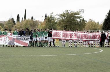 Jugadores del Cadete D y la AD Esperanza portando pancartas | Fotografía: Rayo Vallecano S.A.D.