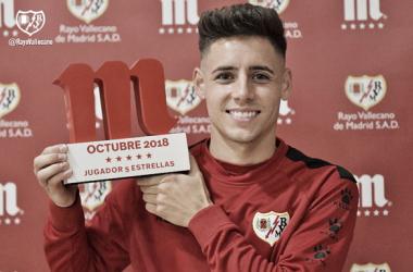 Álex Moreno posando con el premio | Fotografía: Rayo Vallecano S.A.D.