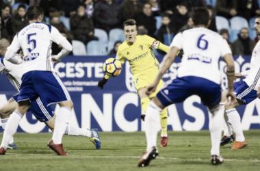 Salvi intenta un centro ante la mirada de dos defensores | Fotografía: Cádiz CF