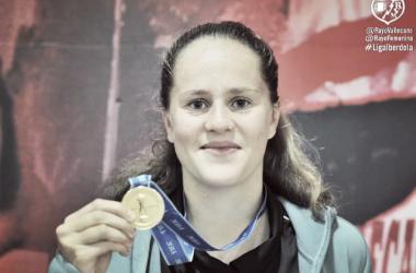 Eva con la medalla. Fotografía: Rayo Vallecano S.A.D