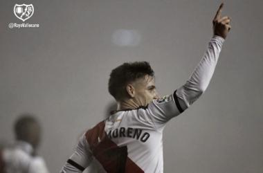 Álex Moreno celebrando el primer gol | Fotografía: Rayo Vallecano S.A.D.
