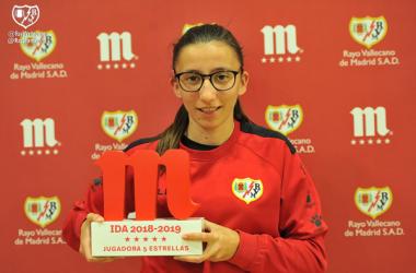Sheila posando con el premio | Fotografía: Rayo Vallecano S.A.D.