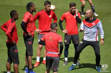 Paco Jémez dando órdenes | Fotografía: Rayo Vallecano S.A.D.