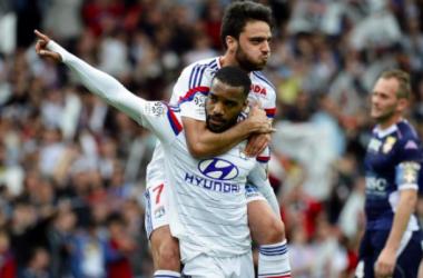 Grenier er Lacazette célébrant le but de ce dernier © UEFA