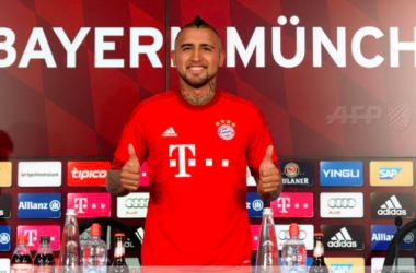 Le bavarois pose avec son nouveau maillot, il portera le numéro 23 - Twitter @FCBayern