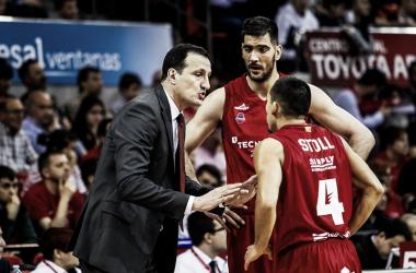 Cargol da instrucciones a Stoll y Triguero | Foto: Basket Zaragoza